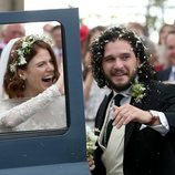 Los novios Kit Harington y Rose Leslie se suben al coche tras su boda