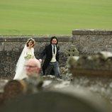 Kit Harington y Rose Leslie llegando de la mano el día de su boda