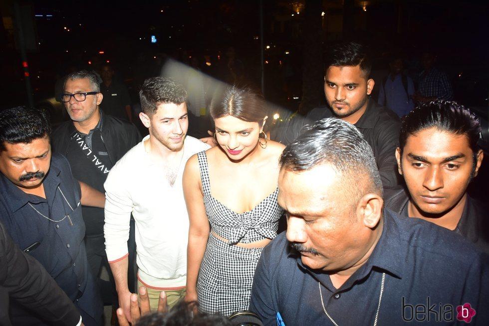 Nick Jonas y Priyanka Chopra saliendo a cenar en Bombay