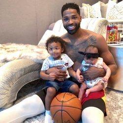 Tristan Thompson junto a sus hijos True y Prince