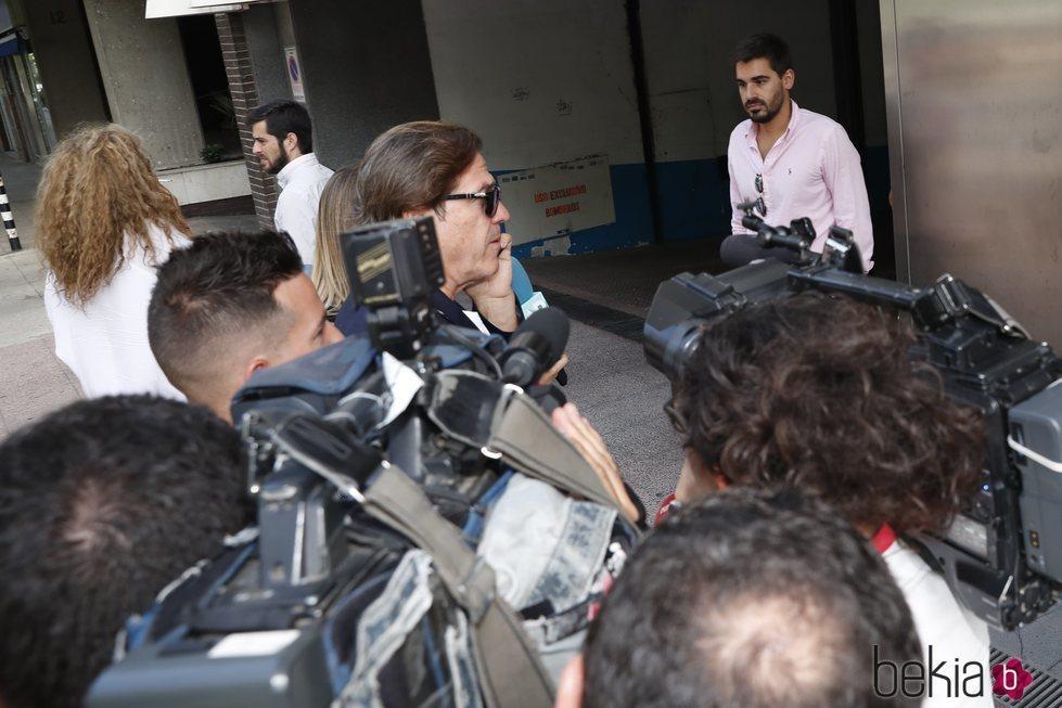 Pepe Navarro llegando a los juzgados para divorciarse de Lorena Aznar