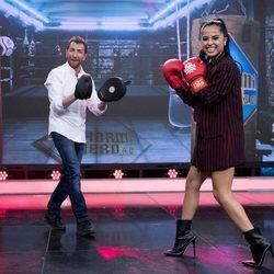 Becky G boxea con Pablo Motos en 'El Hormiguero'