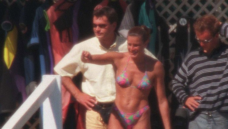 Estefanía de Mónaco y Raymond Gottlieb (a su espalda) en unas vacaciones
