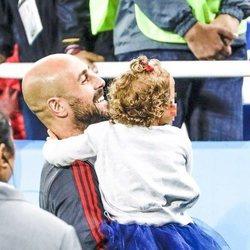 Pepe Reina con su hija Sira en el partido de España frente a Marruecos en el Mundial de Rusia 2018