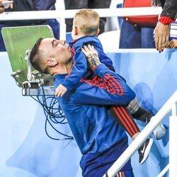 Iago Aspas con su hijo Thiago en el partido de España frente a Marruecos en el Mundial de Rusia 2018