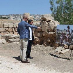 El Príncipe Guillermo observa el retrato de Kate Middleton y su familia cuando era pequeña en Jordania