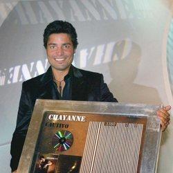Chayanne con su disco de platino 'Cautivo' en el año 2005