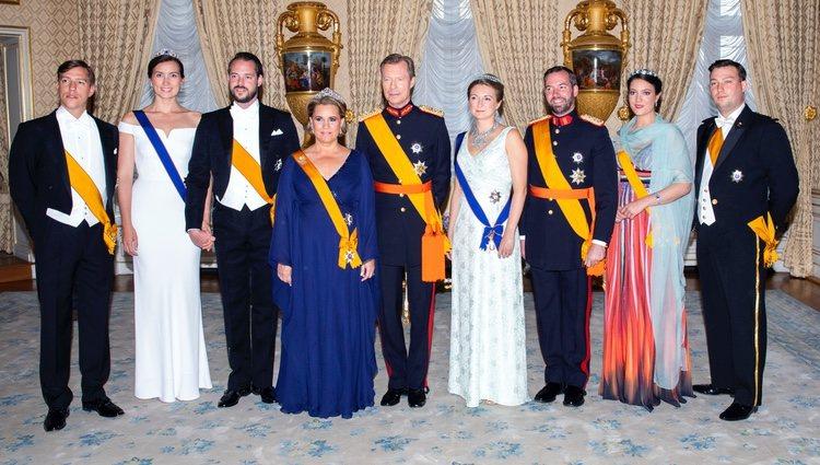 Los Grandes Duques de Luxemburgo con sus hijos y nueras en el Día Nacional de Luxemburgo 2018