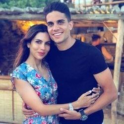 Marc Bartra y Melissa Jiménez celebrando el cumpleaños de la periodista en Mikonos