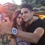 Melissa Jiménez y Marc Bartra haciéndose una foto en Mikonos
