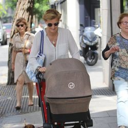 María Zurita paseando con su hijo Carlos por las inmediaciones de su hogar en Madrid