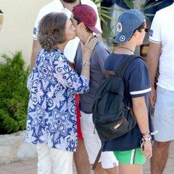 La Reina Sofía besa a Pablo Urdangarin
