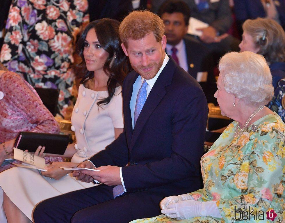El Príncipe Harry mira con cariño a la Reina Isabel ante Meghan Markle en los Queen's Young Leaders Awards