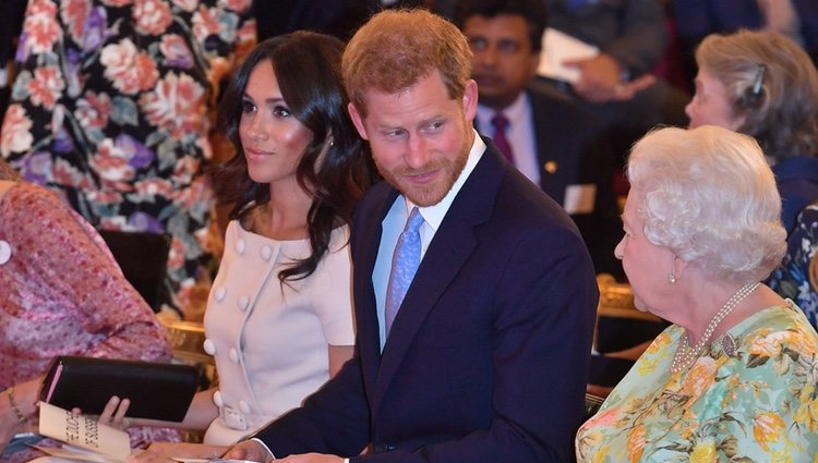 El Príncipe Harry mira con cariño a la Reina Isabel ante Meghan Markle en los Queen's Young Leaders Awards
