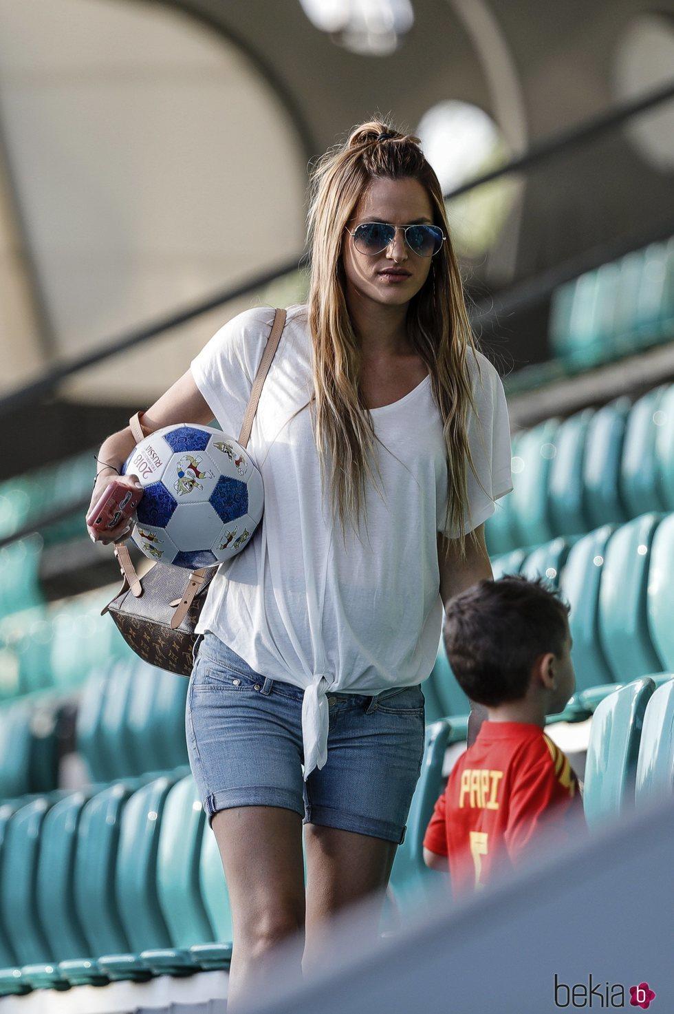 Elena Galera con su hijo Enzo Busquets en un entrenamiento de la Selección Española