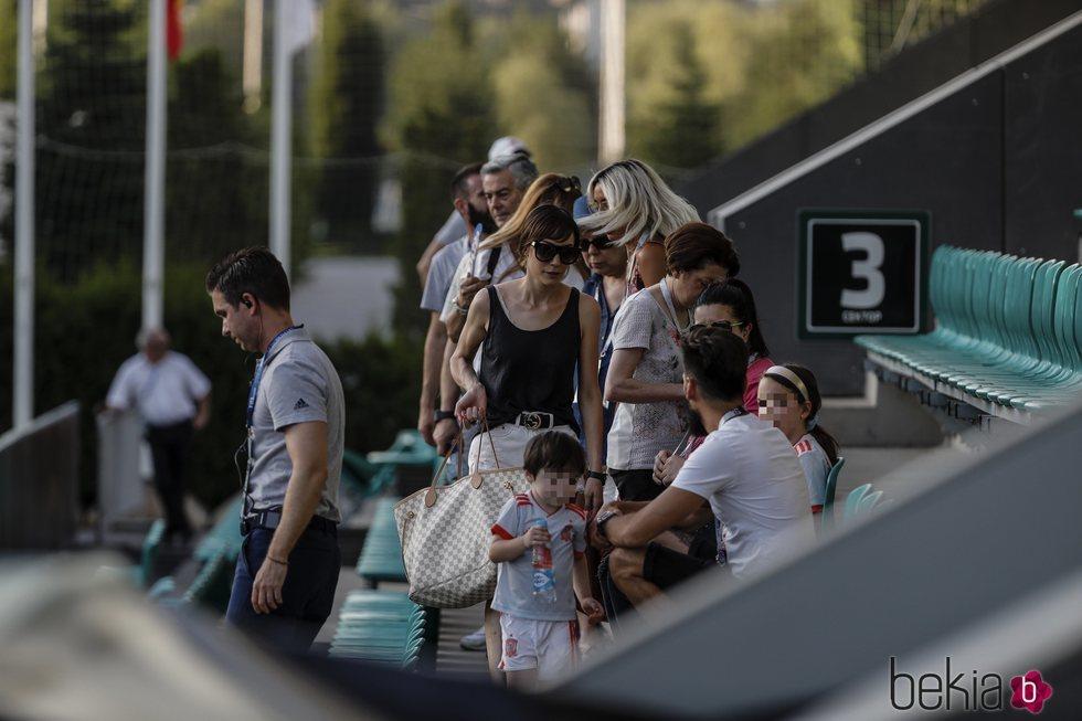 Anna Ortiz con su hijo Paolo Iniesta durante un entrenamiento de 'La Roja'