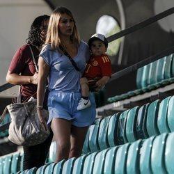 Julia Vigas con su hijo Gabriel Alcántara en el estadio de Kaliningrado