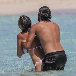 Sergio Sánchez, muy cariñoso con Elisabeth Reyes en Ibiza