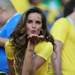 Izabel Goulart en el partido Brasil-Serbia