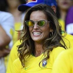 Izabel Goulart luciendo la camiseta de Brasil