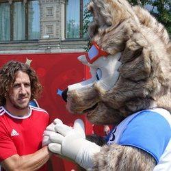 Carles Puyol saludando a la mascota del Mundial de Rusia 2018