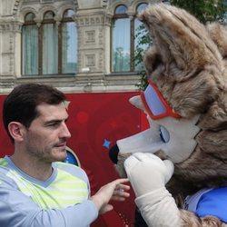 Iker Casillas saludando a la mascota del Mundial de Rusia 2018
