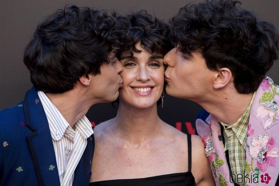 Javier Calvo y Javier Ambrossi besando a Paz Vega en la premiere de la segunda temporada de 'Paquita Salas