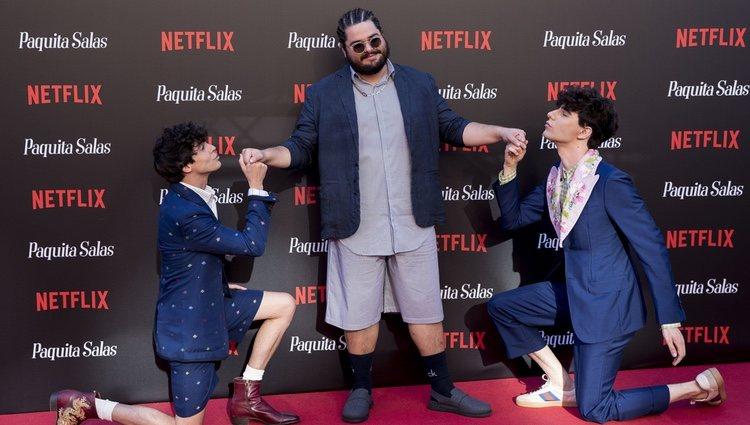 Javier Calvo y Javier Ambrossi arrodillados ante Brays Efe en la premiere de la segunda temporada de 'Paquita Salas'
