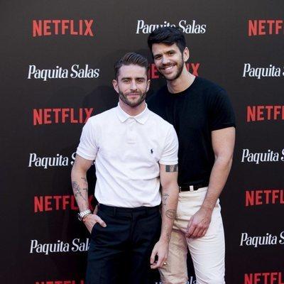 Pelayo Díaz y su novio, Andy McDougall,  en la premiere de la segunda temporada de 'Paquita Salas'