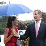 Los Reyes Felipe y Letizia con un paraguas en la entrega de los Premios Fundación Princesa de Girona 2018