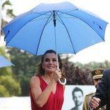 La Reina Letizia bajo un paraguas en la entrega de los Premios Fundación Princesa de Girona 2018