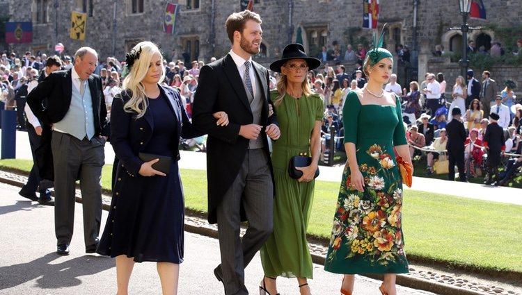 Louis Spencer con su madre Victoria Aitken y sus hermanas Lady Eliza y Lady Kitty Spencer