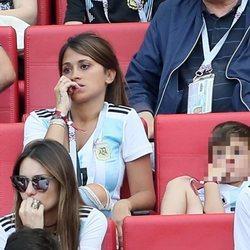 Antonella Roccuzzo y su hijo Thiago viendo el partido de Argentina contra Francia en el Mundial de Rusia 2018