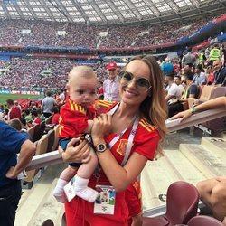 Romarey Ventura con su hijo Piero apoyando a Jordi Alba en el Mundial de Rusia 2018