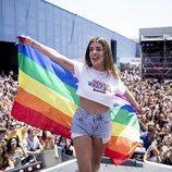 Dulceida con una bandera LGTBI durante el 'Dulceweekend 2018'.