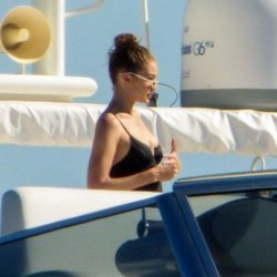 Gigi Hadid disfruta de una jornada en alta mar en Mykonos