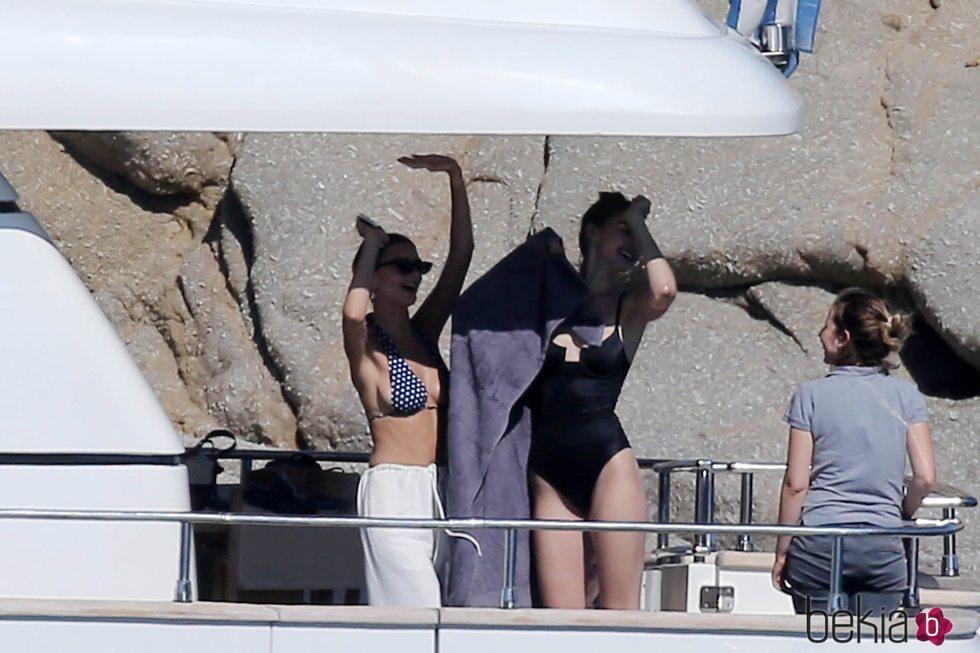 Gigi Hadid y Emily Ratajkowski en un barco