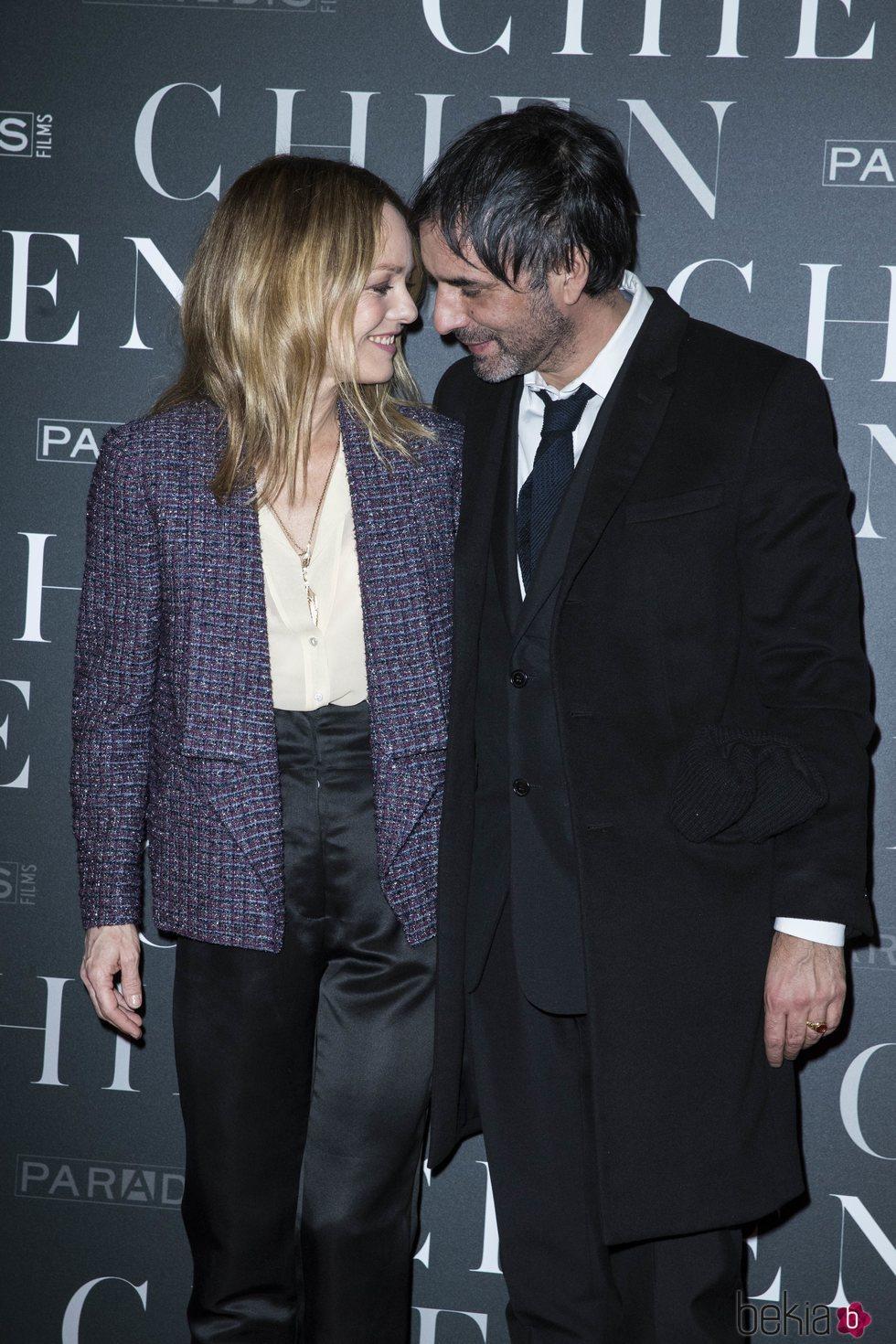 Vanessa Paradis y Samuel Benchetrit muy enamorados en la premiere de 'Chien'