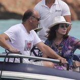Ana Rosa Quintana y Juan Muñoz de camino a la embarcación en alta mar