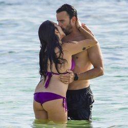 Irene Junquera y Pablo Puyol dándose un romántico beso en la playa