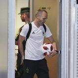 Andrés Iniesta con el balón de su último partido con la Selección Española