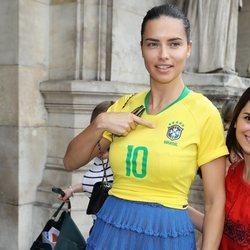 Adriana Lima con la camiseta de la Selección de Brasil