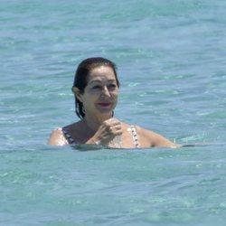 Ana Rosa Quintana dándose su primer baño del verano en Formentera