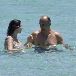 Ana Rosa Quintana y Juan Muñoz dándose un baño en Formentera