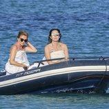Ana Rosa Quintana y una amiga surcando las aguas de la isla de Formentera