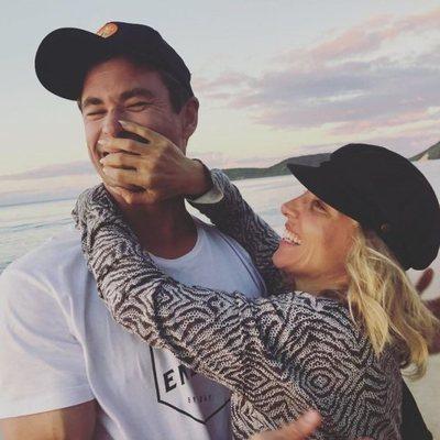 Elsa Pataky y Chris Hemsworth, muy enamorados en la playa