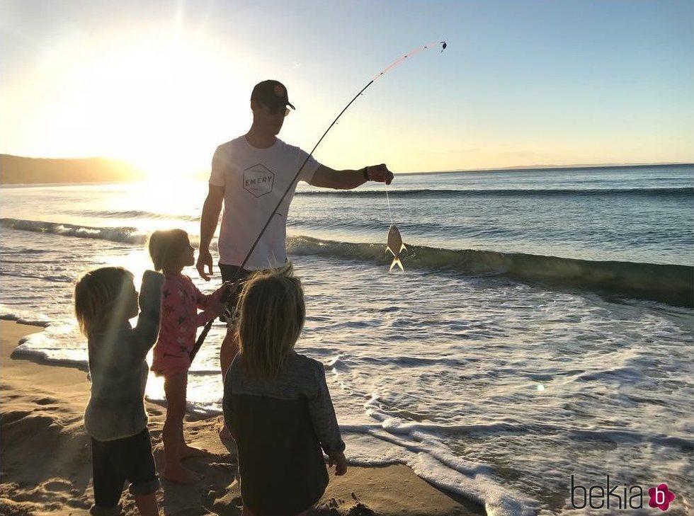 Chris Hemsworth pescando con sus hijos en la playa