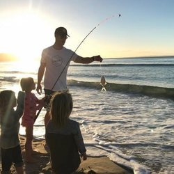 Chris Hemsworth pescando con sus hijos en la playa