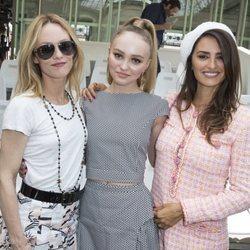 Vanessa Paradis, Lily-Rose Depp y Penélope Cruz en el desfile Alta Costura de Chanel