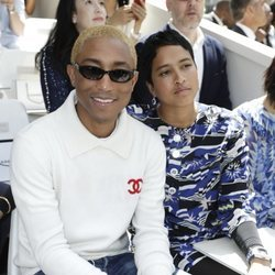 Pharrell Williams y su esposa en el destile Alta Costura 2018/2019 de chanel en París